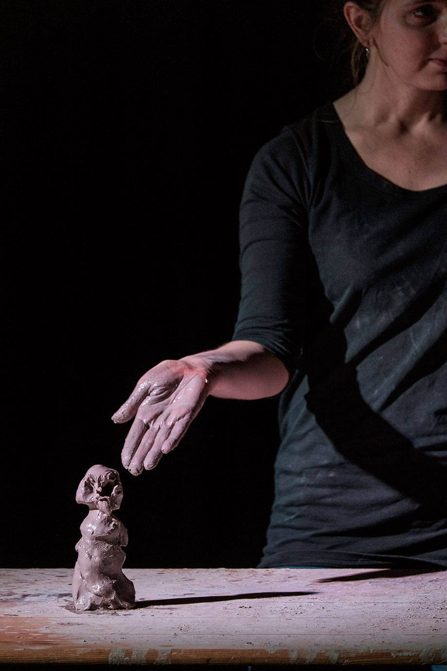 <b>Title:&nbsp;</b>Voicings<br /><b>Year:&nbsp;</b>2015<br /><b>Medium:&nbsp;</b>Performance and sculpture. Materials: Clay and projection. Photo: Christian Kipp<br />