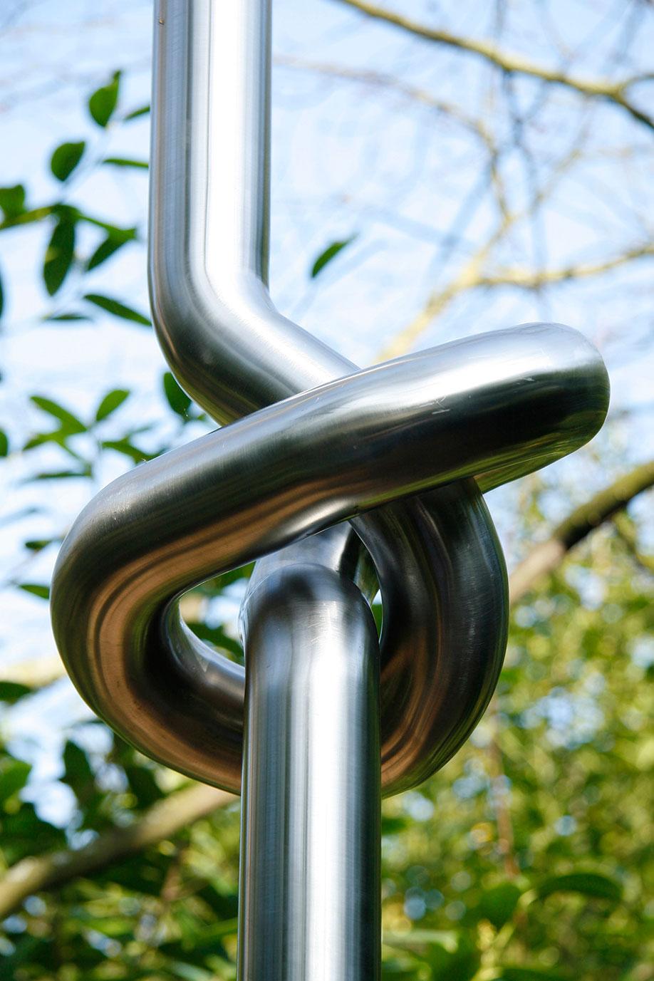<b>Title:</b>Doodle Form<br /><b>Year:</b>2012<br /><b>Medium:</b>Stainless steel<br /><b>Size:</b>400 x 35 x 35 cm