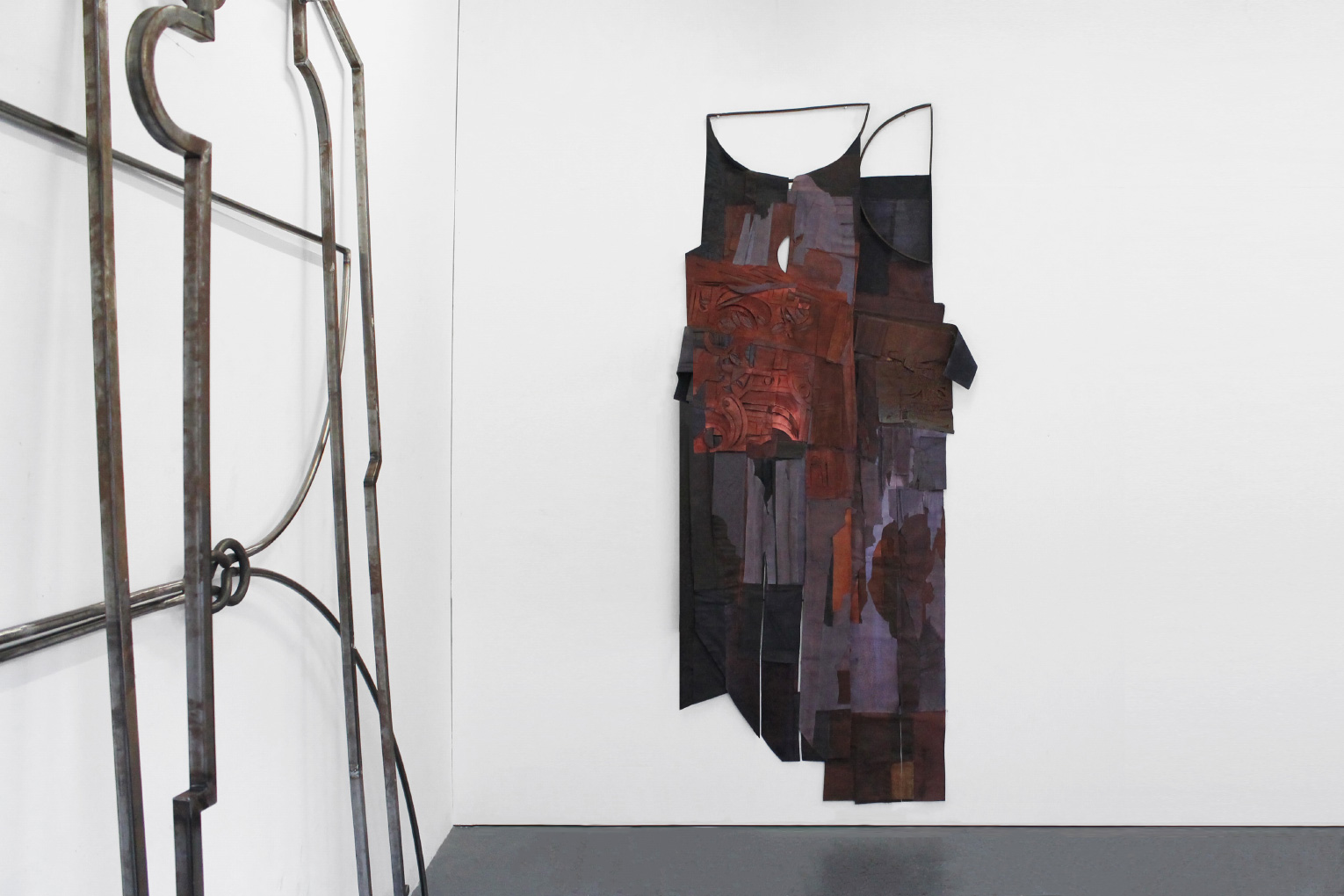 <b>Title:</b>And nothing but an echo replies<br /><b>Year:</b>2021<br /><b>Medium:</b>Fabric dye and pigment on canvas, steel<br />